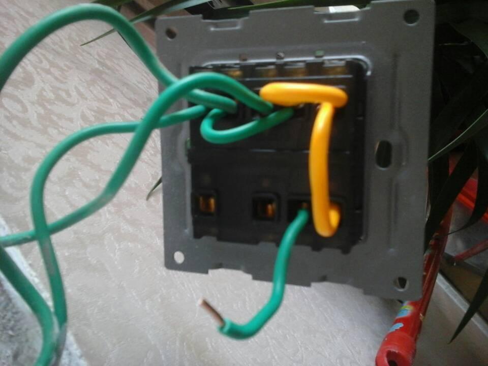 现代家居生活离不开电,开关与插座作为我们日常生活中经常使用的电器附件,其安全性与耐用性是我们需密切关注的。只有安装合格的开关插座,才能保证居家用电的方便与安全,因此开关插座的安装施工各位业主还是了解一些为好。 Part1:准备材料与工具 注意安装作业条件 电源开关插座漏电而引起的人体电击、房屋火灾等现象常常发生,损失无可估量。而开关插座出现安全问题,一方面是因为使用了低质量的产品,另一方面可能是因为安装不当造成的。因此为确保开关插座的安全,在安装前,我们应认真进行准备,挑选正规的开关插座,了解安装的安全知