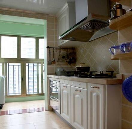 资讯 详情          这款阳台厨房装修通透亮堂,采用了白色为主调色